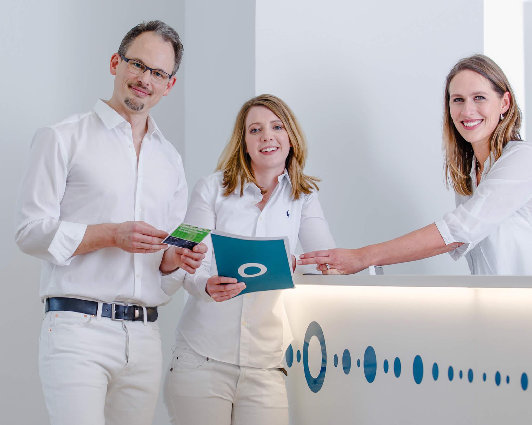 Zahnarzt Dr. Schmiedel, Zahnärztin Dr. Fuss und die Praxismanagerin Susanne Fröhlich